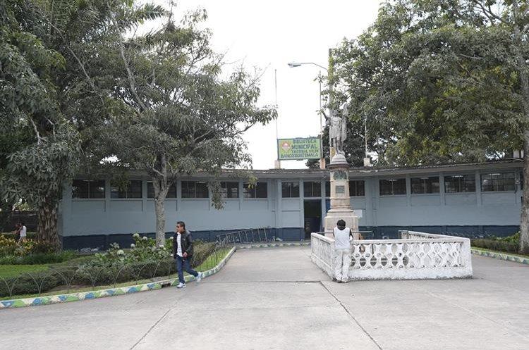 El monumento a Cristóbal Colón se encuentra frente a la entrada a la biblioteca infantil, en el parque Colón.  (Foto Prensa Libre: Érick Ávila)