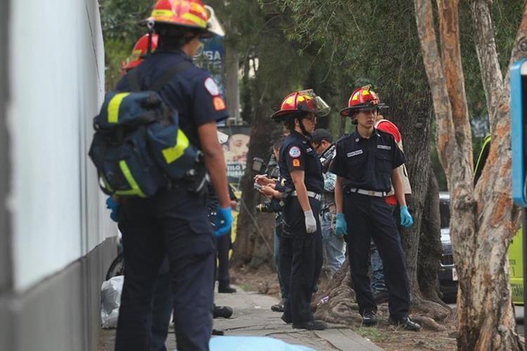 Bomberos y PNC esperan la llegada del MP para procesar la escena del crimen. (Foto Prensa Libre: Alvaro Interiano)