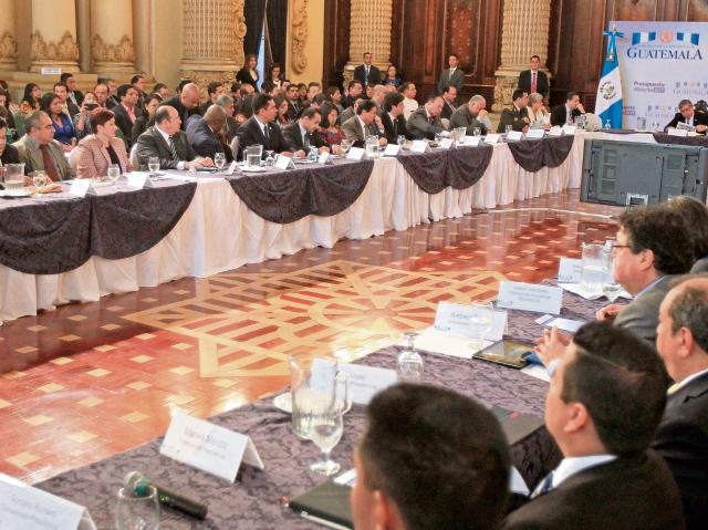 Los presidentes del Ejecutivo, Jimmy Morales, y del OJ, Ranulfo Rojas, presenciaron ayer la reunión de gabinete donde se dio a conocer la formulación de techos de gasto para el 2017.