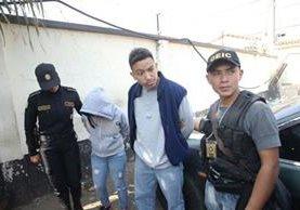La PNc capturó a un presunto dirigente de la mara Salvatrucha y a su conviviente en un inmueble en Villa Nueva. (Foto Prensa Libre: PNC)