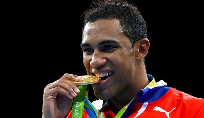El boxeador cubano Arlén López, campeón mundial, venció por decisión unánime al uzbeko Bektemir Melikuziev, para asegurarse la medalla de oro del peso mediano (Foto Prensa Libre: AFP)