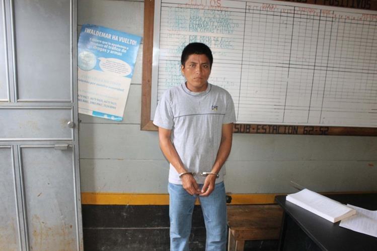 Edwin Gilberto Tzuncal fue capturado en San Luis, Petén, sindicado de explotación de menores. (Foto Prensa Libre: Walfredo Obando)