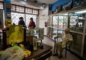 """Una empleada de la farmacia """"San Vicente"""", atiende a los clientes.(EFE)"""