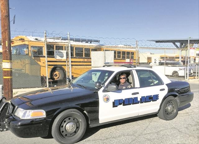 (Imagen de referencia). Una patrulla resguarda una escuela en Los Ángeles).