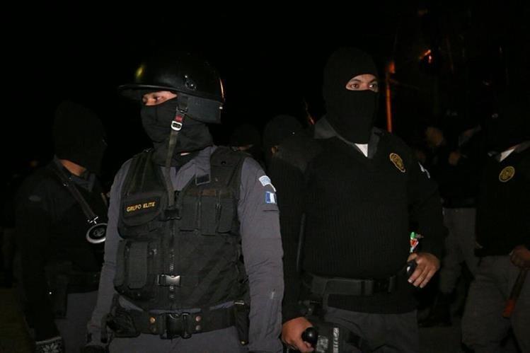 Guardias del Sistema Penitenciario ingresan a la cárcel de la brigada Mariscal Zavala para llevar a cabo una requisa. (Foto Prensa Libre: Cortesía SP)