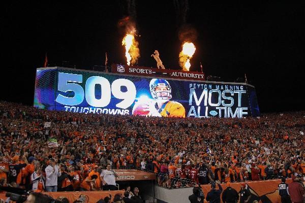 <p>En Denver festejaron el récord de Peyton Manning, al conseguir 510 de anotación y superó la que estaba en poder de Brett Favre, 508. (Foto Prensa Libre: AFP)<br></p>