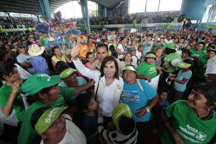 Sandra Torres, luego de varias horas llego al polideportivo de Villa Canales. (Foto Prensa Libre: Érick Ávila)