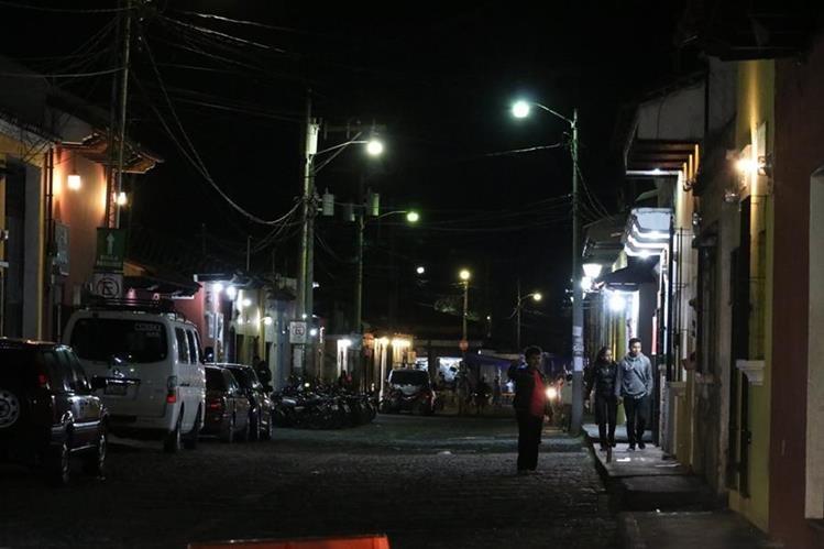 El objetivo es mejorar la iluminación en la ciudad colonial para seguridad de los vecinos y visitantes. (Foto Prensa Libre: Renato Melgar).