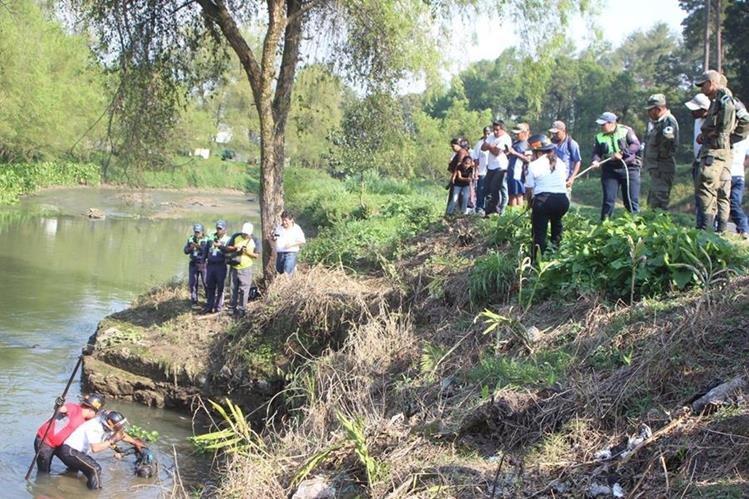 Socorristas rescatan el cuerpo sin vida de Jonathan Armando Chen Pacay, de 30 años, del río Cahabón, en Cobán, Alta Verapaz.