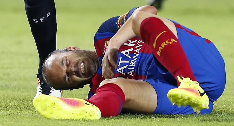 Iniesta quedó tendido en el césped por un golpe durante el partido contra el Sevilla. (Foto Prensa Libre: EFE)