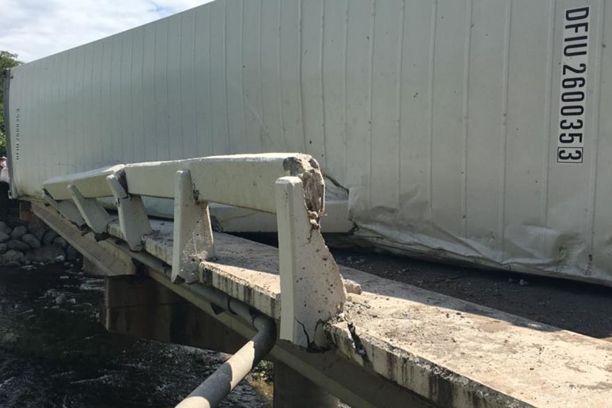 Puente Jones, en Río Hondo, Zacapa, resultó dañado por accidente de tráiler. (Foto Prensa Libre: Julio Vargas)