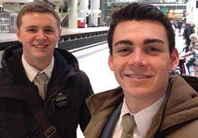 Mason Wells (izquierda), y su amigo Joseph Empey (derecha), en una fotografía que se tomaron en otro aeropuerto. (Foto Prensa Libre: AP).