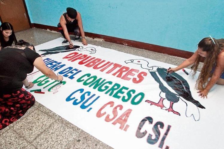 Organizaciones sindicales realizan los últimos preparativos para marchar hoy en conmemoración del día internacional de la clase trabajadora.