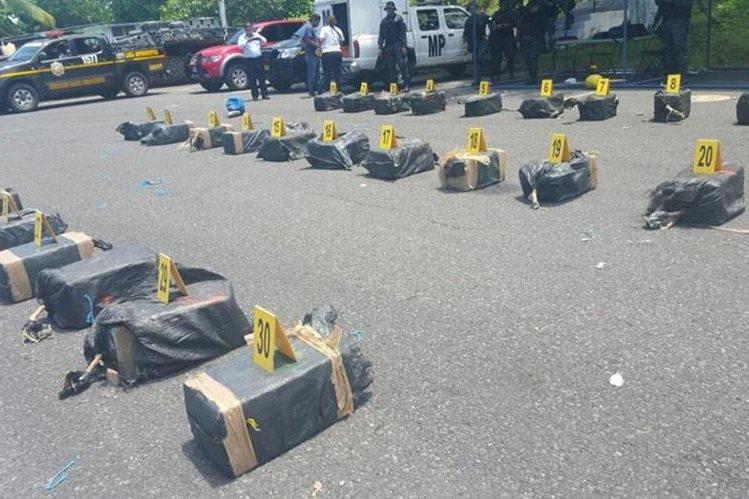 Supuesta droga es contabilizada por agentes antinarcóticos de la PNC, en Escuintla. (Foto Prensa Libre: PNC)