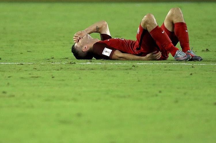 Christian Pulisic, de Estados Unidos, no pudo terminar el partido por lesión.