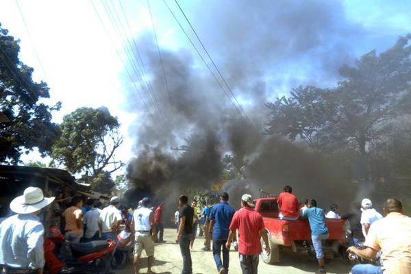 """<p>Los inconformes quemaron llantas y colocaron piedras en la carretera. (Foto Prensa Libre: Edwin Perdomo).<br _mce_bogus=""""1""""></p>"""