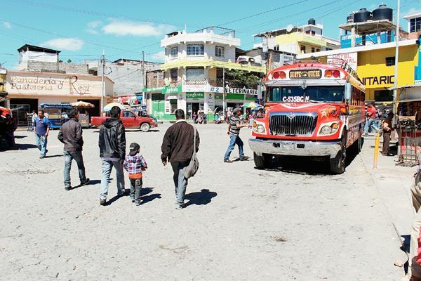 El servicio de buses fue irregular en Santa Cruz del Quiché, debido al ataque contra un piloto en Santiago Sacatepéquez, Sacatepéquez. (Foto Prensa Libre: Óscar Figueroa)