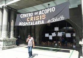El colectivo Guatemala Basta Ya comenzó una recaudación de medicamentos para palear la crisis hospitalaria. (Foto prensa Libre: Estuardo Paredes)