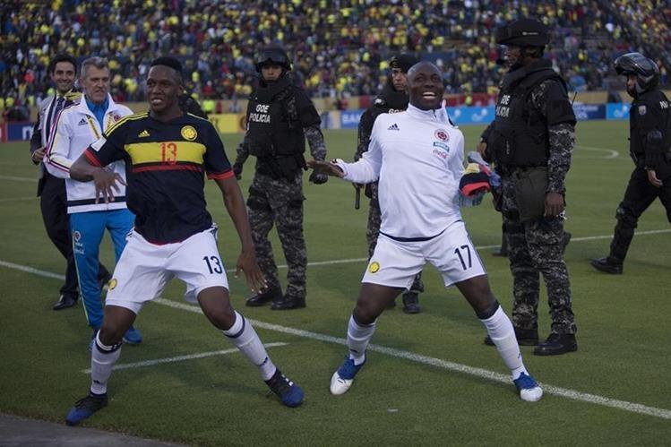 La alegría y festejo de Yerry Mina y Pablo Armero de la selección de Colombia empezó en el campo y terminó en el camerino. (Foto Prensa Libre: EFE)