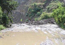 Decenas de afectados por derrumbes que bloquean ruta.