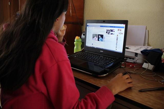 Muchos jóvenes  han sido contactados   por delincuentes a través de redes sociales. (Foto Prensa Libre: Mike Castillo)