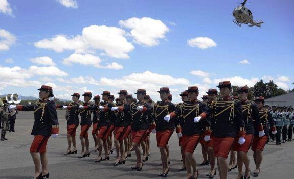 Mujeres cadetes en formación académica militar. (Foto Prensa Libre: AFP)