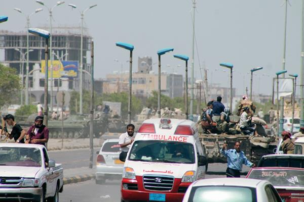 Un convoy de milicianos yemeníes circulan cerca del aeropuerto de Adén (Foto Prensa Libre:AFP )AFP