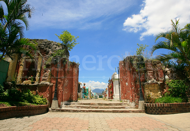 Antigua Iglesia de San Miguel Petapa, hoy entrada al cementerio de la localidad. (Foto: Hemeroteca PL)