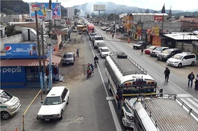 En días normales, por la ruta de Chimaltenango circulan más de 150 mil automotores, pero en días festivos esa suma puede llegar a los 200 mil. (Foto Prensa Libre: Víctor Chamalé)