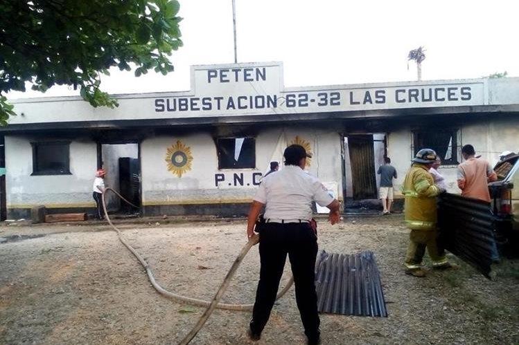 Bomberos Voluntarios controlan el incendio en la subestación policial de Las Cruces, Petén. (Foto Prensa Libre: Rigoberto Escobar)