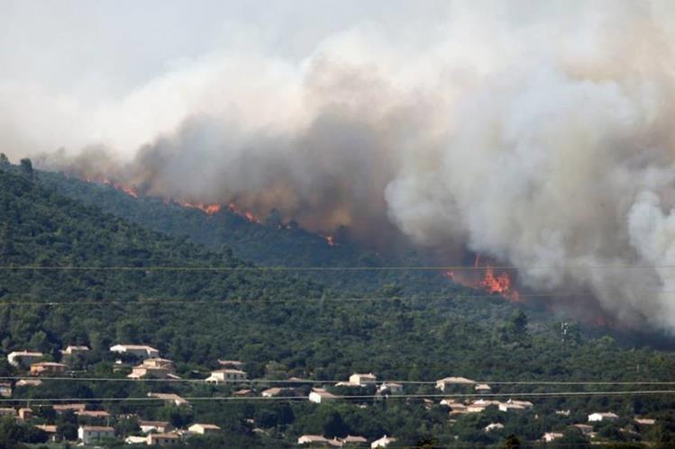 Evacúan a diez mil personas por incendio en Francia. (Foto Prensa Libre: AFP)