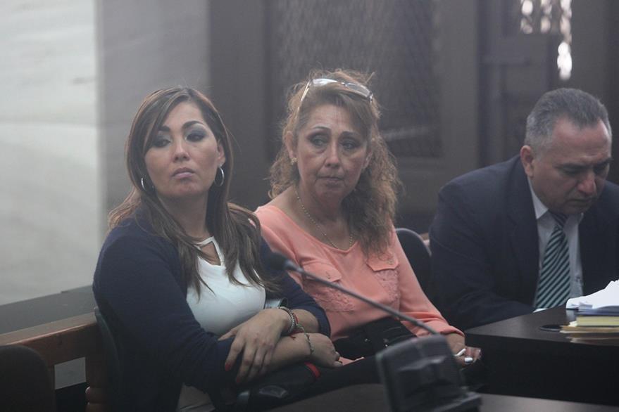 MÓNICA GUZMÁN y su madre, Elizabeth Castellanos, familiares del exdirector del Congreso Luis Mijangos (Foto Prensa Libre: Érick Avila)