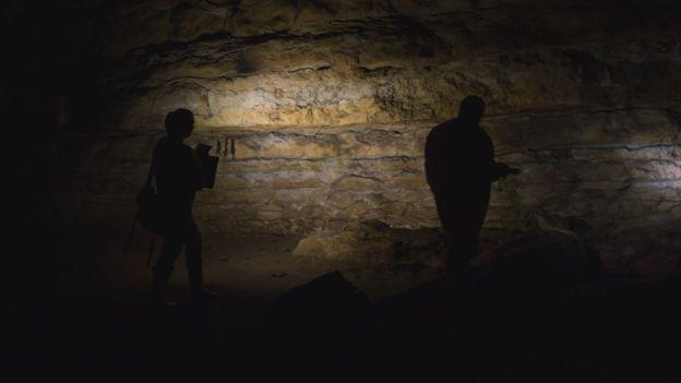Explorando la cueva de Cudon, en Cantabria. D. VON PETZINGER