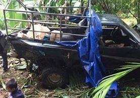 Picop accidentado en el que viajaban más de 15 personas, en Chisec, Alta Verapaz. (Foto Prensa Libre: Eduardo Sam Chun)
