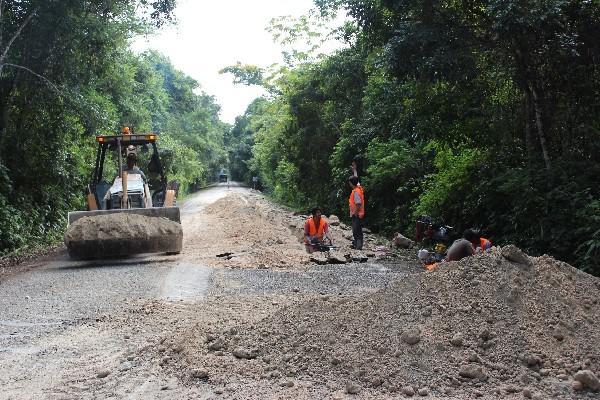 Trabajadores reparan  ruta, en Petén