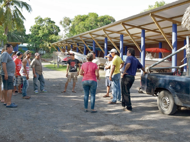 Vecinos se reúnen para dialogar respecto de la supuesta venta de los terrenos que habitan desde hace varias generaciones, en la aldea Buena Vista, Iztapa, Escuintla.
