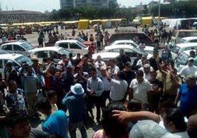 Taxistas exigen seguridad y rechazan el servicio de Uber y los motoxistas. (Foto Prensa Libre: Paulo Raquec)