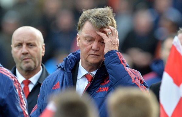 Van Gaal tendría sus horas contadas como técnico del Manchester United, tras sumar su cuarta derrota al hilo. (Foto Prensa Libre: AP).