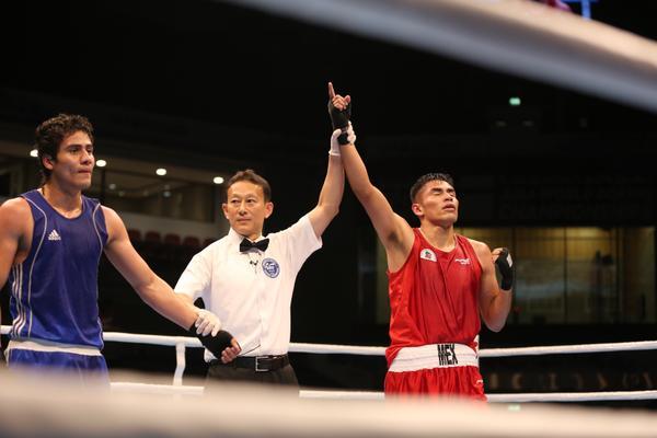 El juez proclama como ganador a Marvin Cabrera en el combate frente a Léster Martínez. (Foto Prensa Libre: Twitter AIBA)