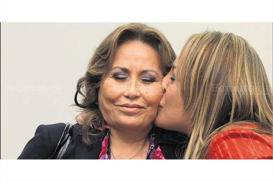 Gloria Torres recibe un beso de su hija  María Marta, luego de  quedar en libertad por el caso de corrupción, el 14/4/2012. (Foto: Hemeroteca PL)