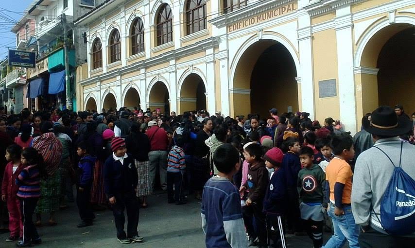 Padres de familia se quejan de que la escuela no tiene servicio de agua entubada. (Foto Prensa Libre: Édgar Domínguez).