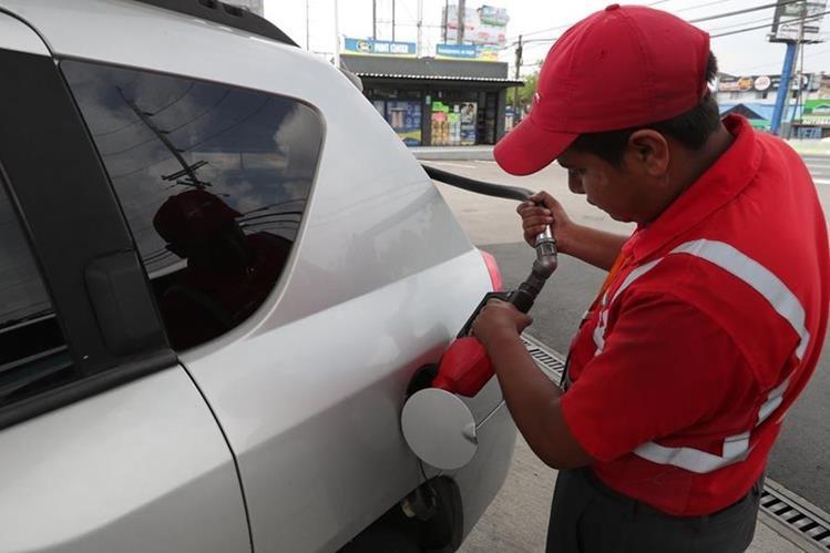 El precio de las diferentes gasolinas mantiene tendencia al alza desde hace varias semanas. (Foto Prensa Libre: Estuardo Paredes)