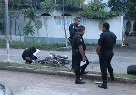 Investigadores reúnen evidencias en El Estor. (Foto Prensa Libre: Dony Stewart).