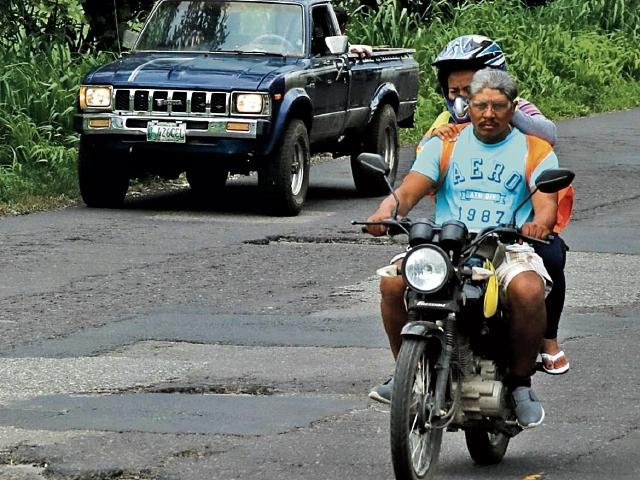 El kilómetro 61.5 de la  carretera  de Escuintla a Siquinalá está llena de baches. (Foto Prensa Libre: Enrique Paredes)