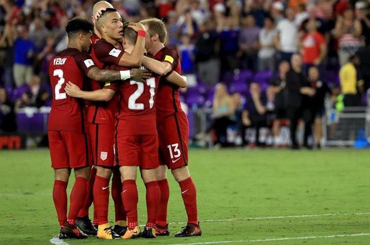 Jugadores de Estados Unidos celebran uno de los goles contra Panamá.