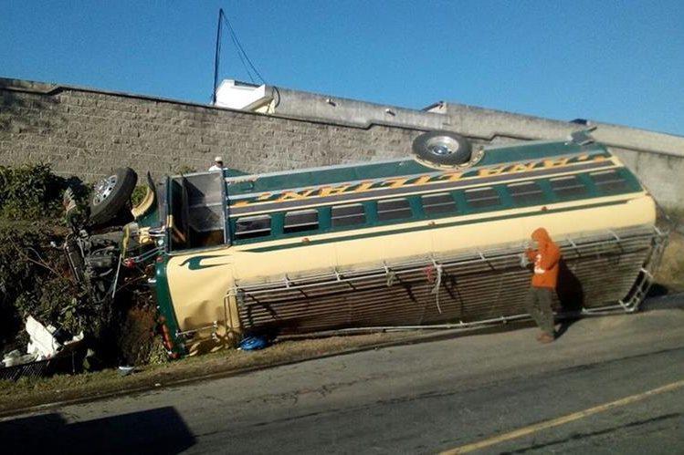 Varios pasajeros resultaron heridos. (Foto Prensa Libre: Estuardo Paredes)