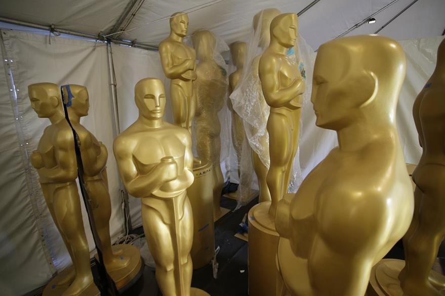 Estatuas de los Óscar situadas cerca de la alfombra roja. (Foto Prensa Libre: EFE / Mike Nelson).