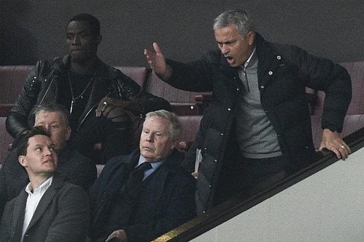 Mourinho da indicaciones a sus jugadores. (Foto Prensa Libre: AFP)