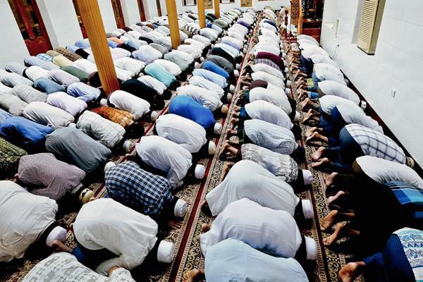 Cientos de fieles rezan con motivo de la celebración del Ramadán en la mezquita de Rangún, Birmania este jueves, inicio del mes del Ramadán. (Foto Prensa Libre: EFE).