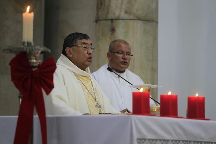 El Arzobispo ofició la misa de Natividad en la Catedral Metropolitana. (Foto Prensa Libre: Edwin Bercián)